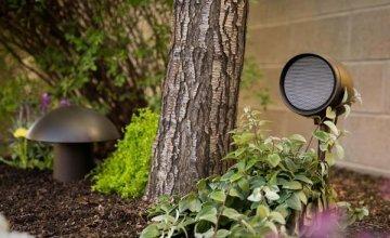 Control4  ηχείο που μπορεί να τοποθετηθεί στο γκαζόν ή στον κήπο