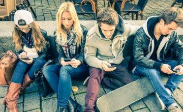 Τα έξυπνα τηλέφωνα προσφέρουν στους νέους περισσότερη πρόσβαση στον κόσμο, αλλά δίνουν επίσης στον κόσμο περισσότερη πρόσβαση στους νέους