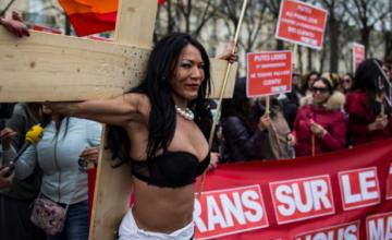 Έρευνα φέρνει τα πάνω – κάτω: Όσοι βλέπουν πορνό, είναι τακτικοί και στην εκκλησία – Τι λέει ο Independent