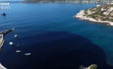 Το συγκλονιστικό βίντεο του BBC για τη ρύπανση του Σαρωνικού: Η πετρελαιοκηλίδα μετατρέπει σε μαύρο νησί τη Σαλαμίνα