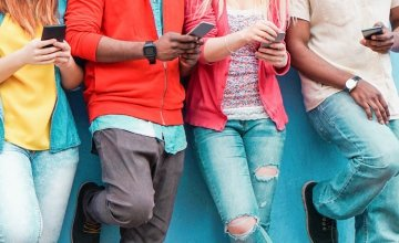 «Οι έφηβοι προτιμούν να σπάσει το… χέρι τους παρά το κινητό τους!»