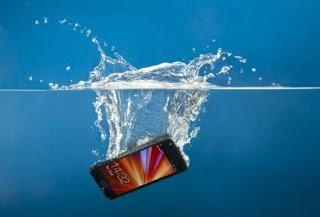 Έπεσε το κινητό σου σε νερό; Ορίστε τι ακριβώς πρέπει να κάνεις για να το σώσεις