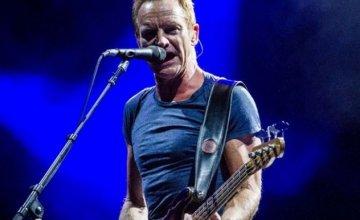 Η στιγμή που ο Sting σκουπίζει τη σκηνή στο Ηρώδειο μετά τη μπόρα – Το κοινό τον κατάχειροκροτεί