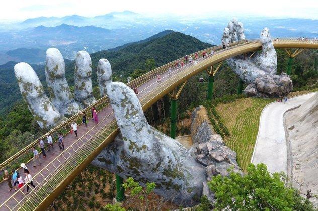Βιετνάμ: Δύο χέρια «υψώνουν» μια γέφυρα στον ουρανό – Χιλιάδες συρρέουν για να τη θαυμάσουν