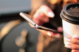 Το 75% των ανθρώπων στρέφεται στη συνδεδεμένη συσκευή του για να αποφύγει πραγματικές συζητήσεις