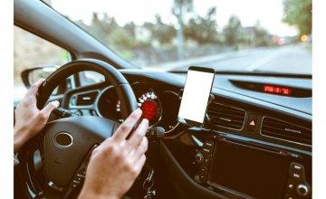 Να γιατί δεν πρέπει να φορτίζεις το smartphone σου στο αυτοκίνητο