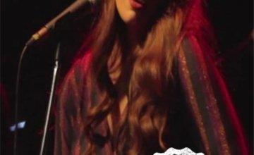 Η πληθωρική Κατερίνα Ζάγκλα, στο stage της Μουσικής Σκηνής Σφίγγα