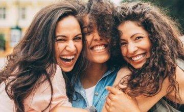 Οι ερευνητές μας λένε πόσο συχνά πρέπει να βγαίνουμε με τις φίλες μας