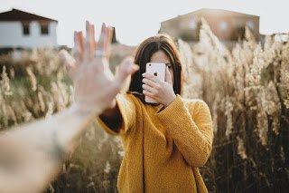 «Απεξάρτηση» από το κινητό σε 21 μέρες. Απλά βήματα που προτείνουν οι επιστήμονες για να μειωθεί το «κόλλημα»