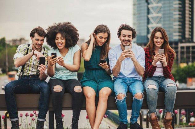 Πώς θα περιορίσετε τον «καταραμένο» χρόνο που περνάτε μπροστά από την οθόνη του κινητού σας;
