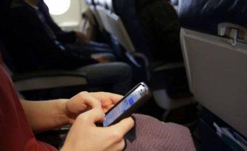 Γιατί κλείνουμε τα κινητά μας στο αεροπλάνο;