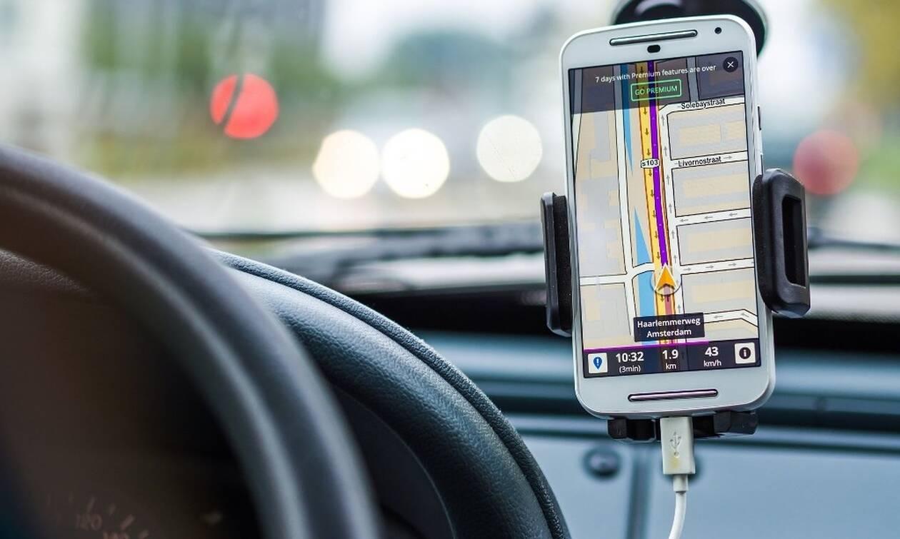Οι κίνδυνοι όταν φορτίζεις το κινητό σου τηλέφωνο στο αυτοκίνητο
