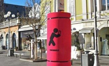 Ιταλία: Μαξιλαράκια σε στύλους και πινακίδες για να μη χτυπούν οι αφηρημένοι στο κινητό