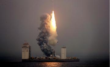 Η Κίνα εκτόξευσε πρώτη φορά πύραυλο από πλωτή εξέδρα και όχι από τη στεριά