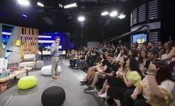 «Βραδινές Ιστορίες»: η νέα ψυχαγωγική εκπομπή με τον Λάμπρο Φισφή, σε παραγωγή COSMOTE TV