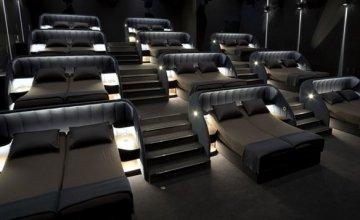 Σινεμά αντικαθιστά όλα τα καθίσματα με διπλά κρεβάτια για την απόλυτη κινηματογραφική εμπειρία!