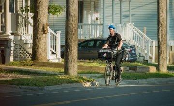 Διανομή πίτσας με ηλεκτρικά ποδήλατα από γνωστή αλυσίδα εστιατορίων