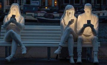 Καλλιτέχνης έφτιαξε ένα μοναδικό έργο τέχνης για να δείξει την εμμονή μας με τα smartphones