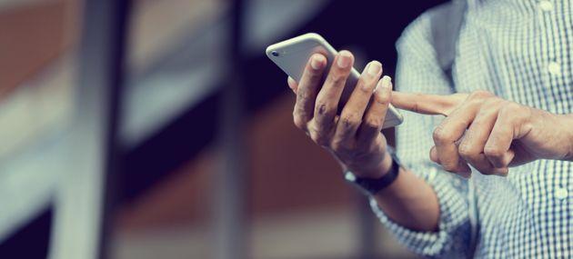 Εθισμένοι στα κινητά τους οι νέοι