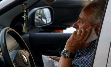 Πρόστιμα στους οδηγούς που μιλούν στο κινητό και με handsfree