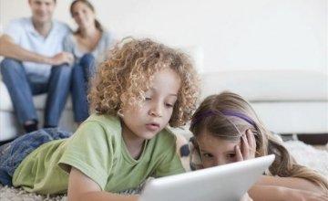 Οι μισοί γονείς επιτρέπουν στα παιδιά να ρυθμίζουν μόνα τους τη διαδικτυακή τους δραστηριότητα