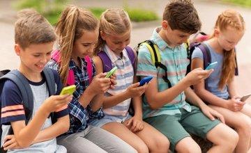 Social media : Επτά στα 10 παιδιά τα χρησιμοποιούν από μη επιτρεπτή ηλικία