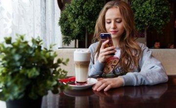 Ένας στους τέσσερις νέους παθαίνει υστερία μακριά από το κινητό του – Η έρευνα που «σπάει κόκαλα» στη «Smart» εποχή
