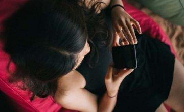 Sexting με πρώην σχέση: Τι σημαίνει όταν ψάχνεις το κινητό του;