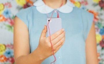 Το trick που χρειάζεσαι για να μη μπλέκονται τα ακουστικά στο εσωτερικό της τσάντας σου