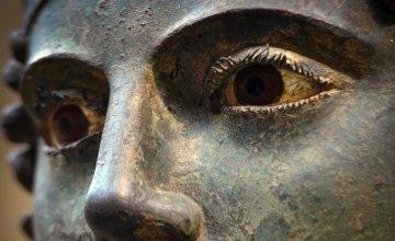 Τα απίστευτα μάτια του Ηνίοχου που μοιάζουν ζωντανά μαγνητίζουν όποιον τα κοιτάξει