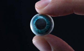 Ο έξυπνος φακός επαφής που φέρνει GPS και αστερισμούς στο… μάτι