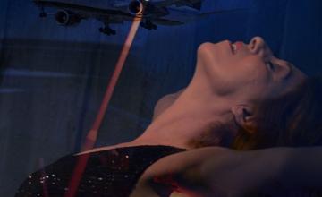 «Η Αεροσυνοδός», σε σκηνοθεσία Φαίης Τζανετοπούλου, στο Θέσις 7