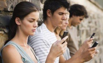 Smartphones: Η κατάχρηση φέρνει άγχος, φόβο και διάσπαση προσοχής