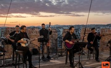 Ο Κώστας Μακεδόνας ανεβαίνει στον πυργίσκο του Λευκού Πύργου και τραγουδά για τη Θεσσαλονίκη!