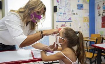 Ο Αθήνα 9.84 στέκεται δίπλα σε κάθε παιδί που χρησιμοποιεί ακουστικό βαρηκοΐας και του προσφέρει ένα «χαμόγελο».