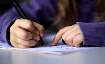 Έρευνα: Το γράψιμο με το χέρι αντί του πληκτρολογίου ακονίζει το μυαλό