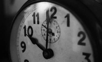 Χειμερινή ώρα: Πότε γυρίζουμε μία ώρα πίσω τα ρολόγια – Οι συνέπειες για τις τρεις ζώνες στην Ευρώπη