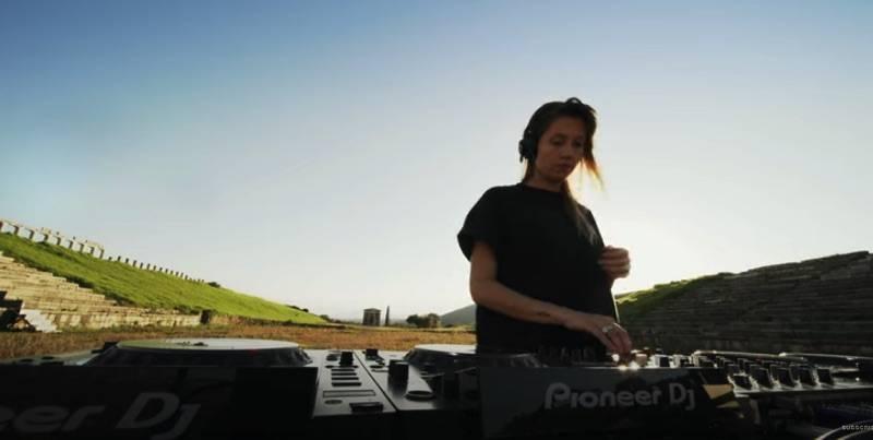 Σε ρυθμούς techno η Αρχαία Μεσσήνη από την dj Charlotte de Witte