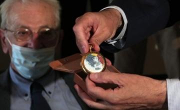 Ο εγγονός του Ελευθέριου Βενιζέλου δώρισε στη Βουλή το χρυσό ρολόι του παππού του