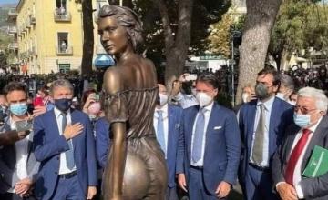Σάλος στην Ιταλία από το «γυμνό» άγαλμα για ποίημα του 19ου αιώνα